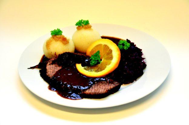 Der Rinderbraten wird normalerweiße im im Schnellkochtopf zubereitet.